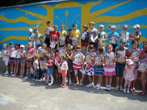 Учасники конкурсу малюнку на асфальті